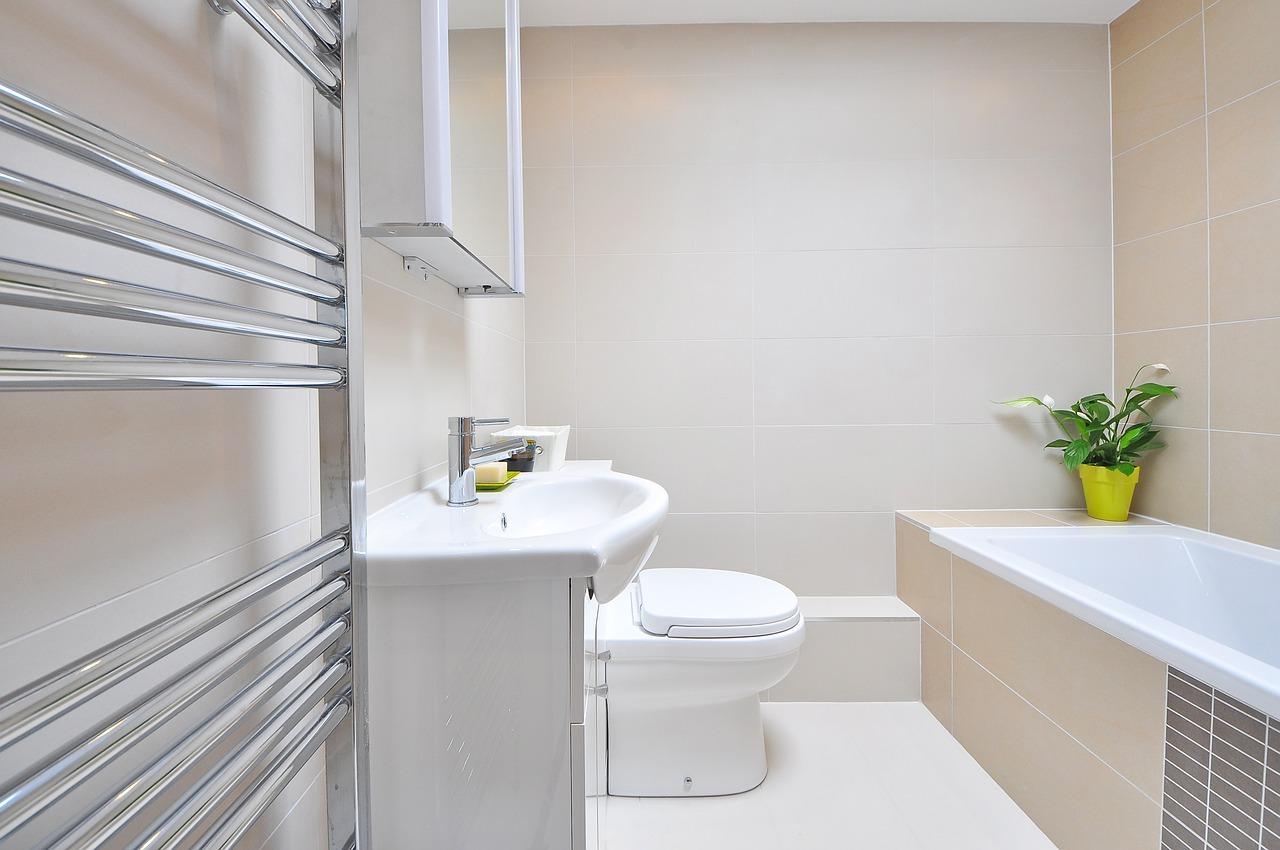 Jak funkcjonalnie urządzić małą łazienkę?